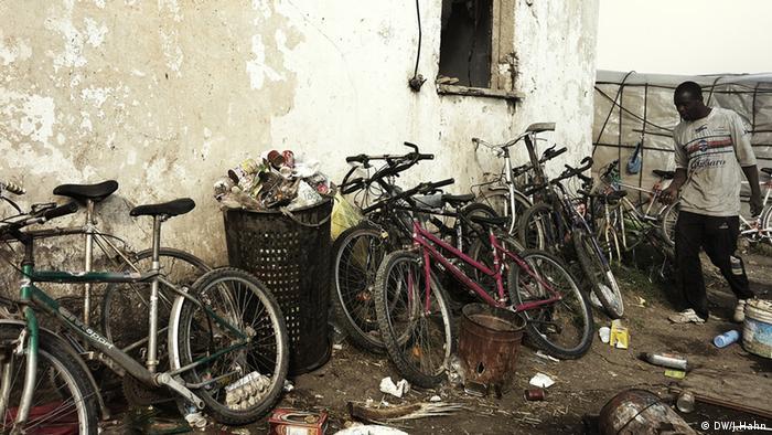Велосипеди для багатьох поселенців - єдиний засіб пересування.