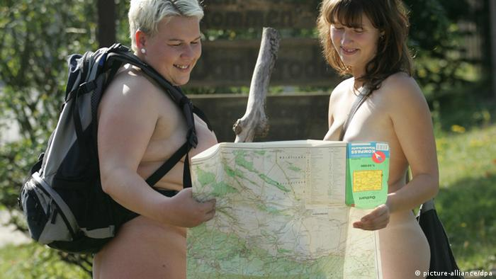 two naked women holding a map (picture-alliance/dpa)