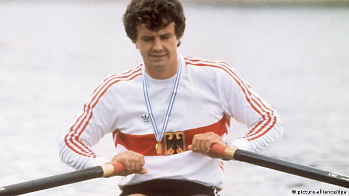 Peter-Michael Kolbe mit umgehängter Goldmedaille in seinem Einer-Boot 1986 (Foto:dpa)