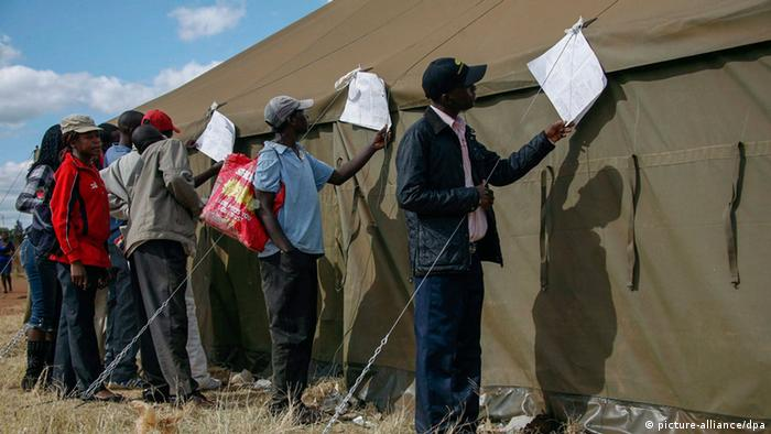 Zimbabweans check election results posted outside a polling station (Photo: EPA/AARON UFUMELI +++(c) dpa - Bildfunk+++