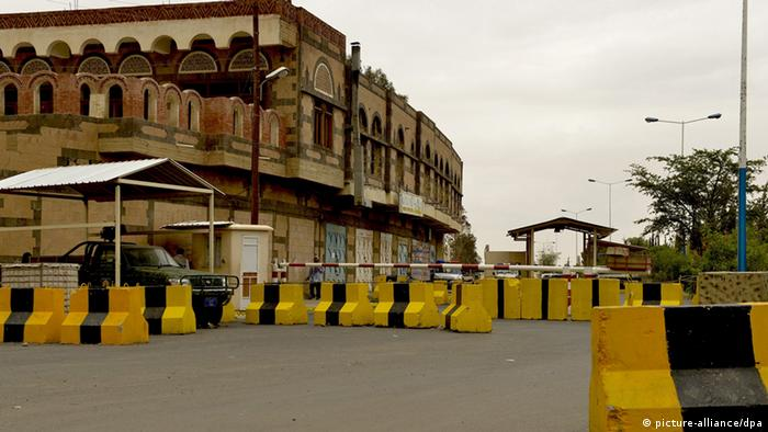 epa03812094 Security barriers block the access to the US Embassy in Sana_a, Yemen, 03 August 2013. The United States has issued a warning to its citizens and travelers following message intercepts by senior Al Qaeda members discussing attacks against American targets, warning to avoid crowded areas such as stations and travel areas, after the US State Department announced plans to close dozens of US Embassies and Consulates in the Middle East and North Africa, including those in Yemen, Egypt, Iraq, Saudi Arabia and Tel Aviv. EPA/YAHYA ARHAB +++(c) dpa - Bildfunk+++