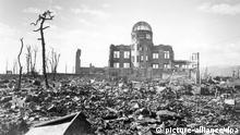 در همان نخستین ماههای پس از انفجاربمب اتمی در هیروشیما حدود ۱۴۰ هزار تا ۳۵۰ هزار انسان جان خود را ازدست دادند. در سالهای پس از این فاجعه نیز میزان سرطان، بیماریهای قلبی و کبد و همچنین تغییرات هورمونی و کروموزمی در هیروشیما افزایش یافت. امروزه نیز میزان ابتلا به سرطان خون در بین ساکنان هیروشیما بیشتر از ساکنان شهرهای دیگر ژاپن است.