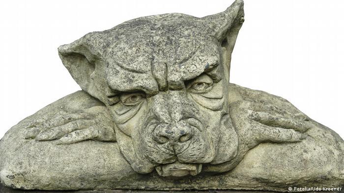 Ein grimmiger Hund aus Stein