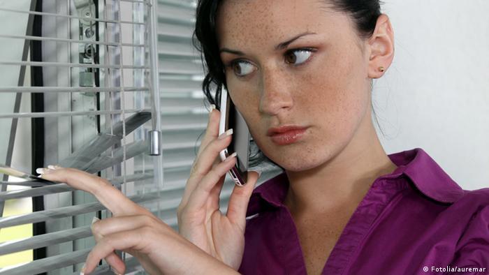 Symbolbild Paranoid paranoide Frau Angst Ängstlich Angst als Krankheit (Fotolia/auremar)