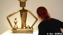 Eine Besucherin des Max Ernst Museums betrachtet am Samstag (03.09.2005) in Brühl die Skulptur Der König spielt mit der Königin aus dem Jahr 1944. Das neue Museum gibt mit rund 300 Exponaten einen Überblick über das gesamte Lebenswerk des weltbedeutenden Künstlers. Foto: Federico Gambarini dpa/lnw +++(c) dpa - Bildfunk+++