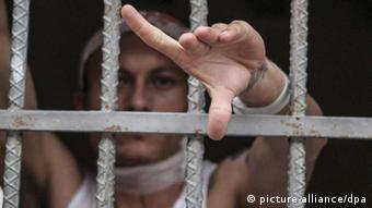 Honduras / Gefängnis / Häftling hinter Gittern (picture-alliance/dpa)