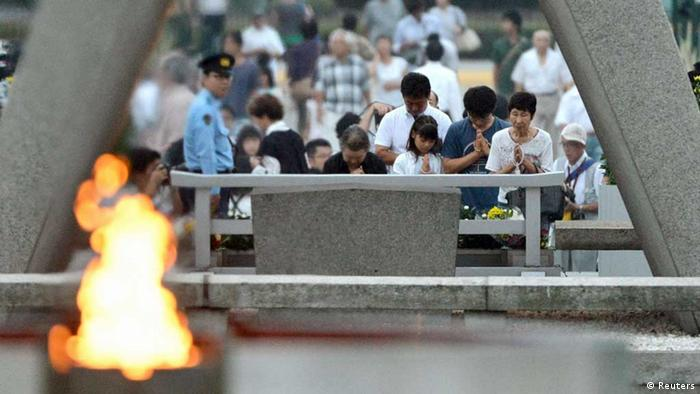 People pray for the victims of the 1945 atomic bombing, in the Peace Memorial Park in Hiroshima August 6, 2013, on the 68th anniversary of the world's first atomic bombing on the city. Mandatory Credit. REUTERS/Kyodo (JAPAN - Tags: ANNIVERSARY CONFLICT) (Foto: Reuters)