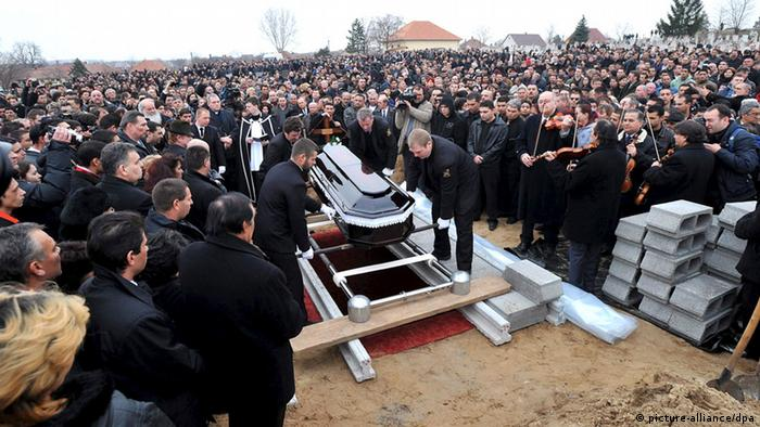 ARCHIV - A crowd of mourners playing tribute stands around the grave of the deceased father and son (c) EPA/TAMAS KOVACS HUNGARY OUT+++(c) dpa - Bildfunk+++