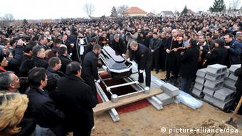 ARCHIV - A crowd of mourners playing tribute stands around the grave of the deceased father and son during a funeral at Tatarszentgyoergy, 55 kms southeast of Budapest, Hungary, 03 March 2009. A Romany father, 27, and son, 5, were killed in their home on 23 February 2009, when their house was set on fire while they were sleeping and they were shot dead with shotguns as they were trying to escape. EPA/TAMAS KOVACS HUNGARY OUT (zu dpa: «Urteilsverkündung zu Mordserie an Roma in Ungarn erwartet» vom 05.08.2013) +++(c) dpa - Bildfunk+++