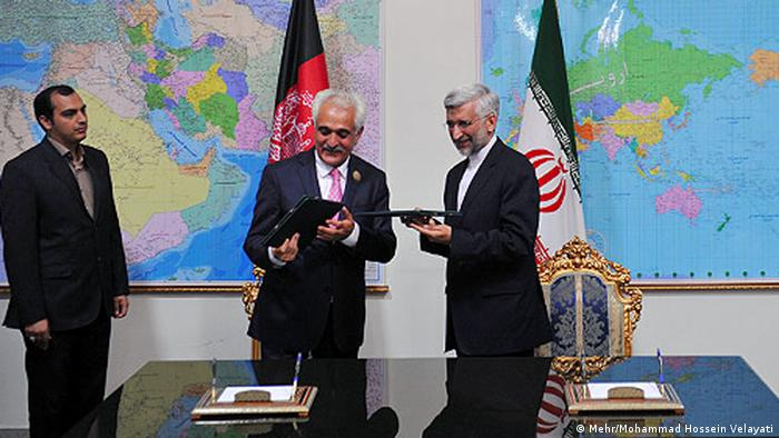 Afghan national security advisor, Rangin Dadfar Spanta, and his Iranian counterpart, Saeed Jalili, sign the MoU in Teheran. (Photo: Mehr/Mohammad Hossein Velayati)