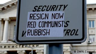 A sign reading Resign now. Red communist Rubbish (Photo: Naomi Conrad, DW Correspondent)