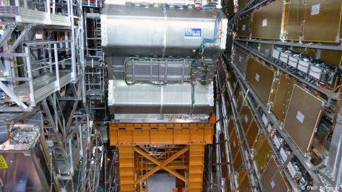 Bildbeschreibung: Ein Blick in den Atlas Detektor. Der kann kleinste Teilchen erkennen, die entstehen nachdem Protonen miteinander bei Lichtgeschwindigkeit kollidieren. Die Anlage ist Teil des Teilchenbeschleunigers LHC (Large Hadron Collider) der Europäischen Organisation für Nuklearforschung CERN in Genf (Foto: Fabian Schmidt/ DW)