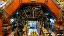 Bildbeschreibung: Innenansicht des ALICE Detektors. Dieser dient dazu kleinste Teilchen zu detektieren, die nach der Kollision von Protonen bei Lichtgeschwindigkeit entstehen. Die Anlage ist Teil des Teilchenbeschleunigers LHC (Large Hadron Collider) der Europäischen Organisation für Nuklearforschung CERN in Genf (Foto: Fabian Schmidt/ DW)