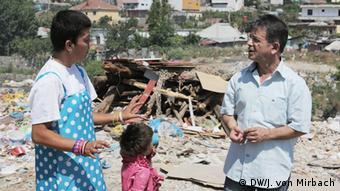 Der Umweltschützer Lavdosh Ferruni (rechts) im Gespräch mit einer Anwohnerin in Tirana (Foto: DW / von Mirbach)