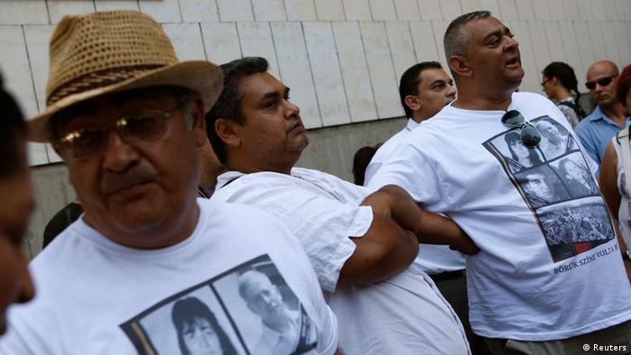 Romski aktivisti nose majice s fotografijama ubijenih osoba
