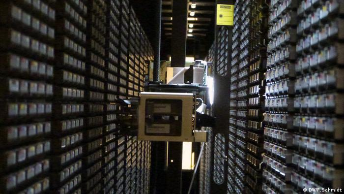 CERN: a robot grabs tapes in the archive Photo: Fabian Schmidt