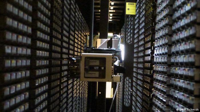CERN: Roboter greift auf Bandarchiv zu