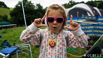 Ein Mädchen zeigt mit Daumen und Zeigefingern den Buchstaben L, das Zeichen für Looser