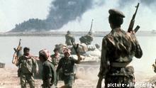 Irakische Soldaten vor dem brennenden iranischen Ölhafen Khorramschar 1980. Irakische Einheiten marschierten im September 1980 in den Iran ein und besetzten u.a. den Ölhafen Khorramschar. Er wurde im Frühjahr 1982 im Zuge der iranischen Gegenoffensive zurückerobert. Der Krieg zwischen Iran und Irak dauerte vom September 1980 bis August 1988. +++(c) dpa - Report+++