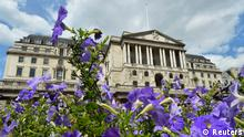 Flowers bloom in front of the Bank of England in the City of London August 6, 2013. British manufacturing grew much more strongly than expected in June, suggesting the country's recovery is broadening just as the Bank of England prepares to set out its plan for steering the economy back to health. Car sales also rose, house prices continued to climb and British retailers had their best month since 2006. REUTERS/Toby Melville (BRITAIN - Tags: BUSINESS)