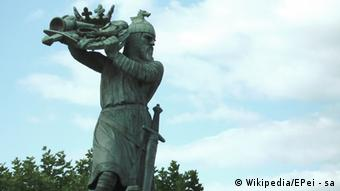 Statue in Worms depicting Hagen von Tronje sinking the Nibelungs treasure in the Rhine, by Johannes Hirt (1905), Copyright: Wikipedia/EPei - sa
