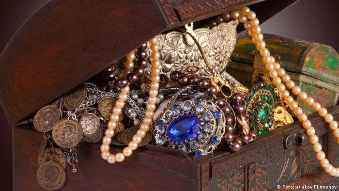 Arca com joias, pedras preciosas e moedas antigas