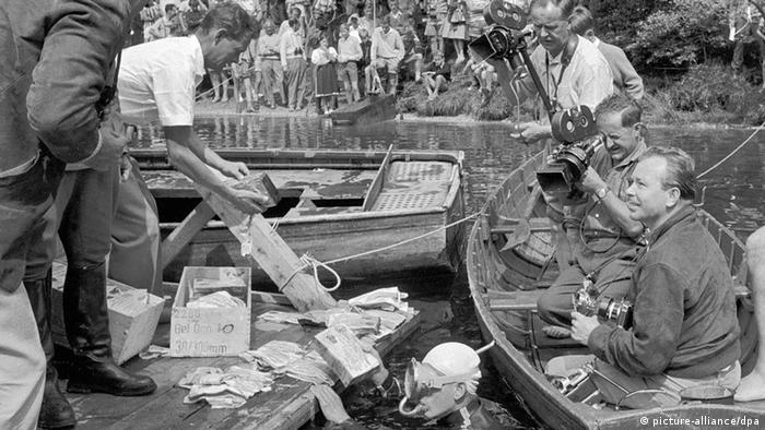 Österreichische Polizeibeamte helfen, die Kisten mit dem Falschgeld zu bergen. Im Toplitzsee im Salzkammergut, dem Mülleimer des Dritten Reiches, wurden nach Recherchen einer Hamburger Wochenzeitung mit Hilfe von Unterwasser-Kameras im Juli 1959 Kisten mit gefälschten englischen Pfundnoten geborgen.