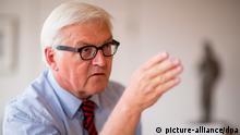 SPD-Bundestagsfraktionsvorsitzender Frank-Walter Steinmeier in seinem Bundestags-Büro, aufgenommen am 01.08.2013 in Berlin. Foto: Hannibal/dpa (zu dpa-Interview.: Steinmeier: Merkel schaut Datenausspähung tatenlos zu vom 04.08.2013) pixel