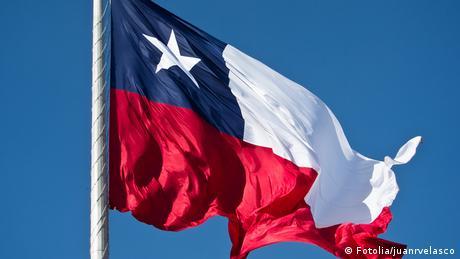 Chile Flagge vor blauem Himmel (Fotolia/juanrvelasco)