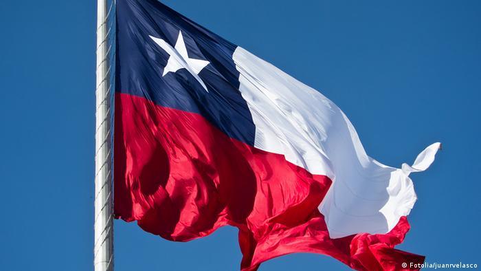 Chile Flagge vor blauem Himmel