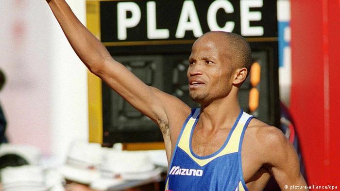 Der Südafrikaner Gert Thys signalisiert mit weißen Handschuhen dem Publikum: Ich bin die Nummer eins. Er gewinnt am 14.2.1999 den internationalen Marathonlauf von Tokio nach 2:06:33 h. Es ist die zweitschnellste Zeit, die je bei einem Marathonlauf gestoppt wurde. Gert Thys verpaßt die Weltbestmarke lediglich um 28 Sekunden.