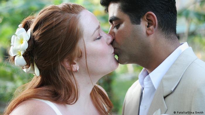 Ein frisch verheiratetes Ehepaar küsst sich - Foto: Gina Smith (Fotolia)