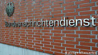 Der Schriftzug Bundesnachrichtendienst , aufgenommen am 22.05.2013 in Berlin an einer Mauer am Gebäude des Bundesnachrichtendienstes (BND) am Gardeschützenweg. Die größten Standorte des Bundesnachrichtendienstes sind momentan die Zentrale in Pullach im Isartal bei München und die Liegenschaft in Berlin-Lichterfelde. Im Zentrum der Hauptstadt entsteht derzeit der Neubau der Zentrale. Foto: Paul Zinken/dpa