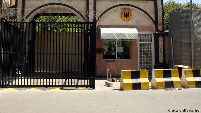 (FILE) A file picture dated on 04 October 2009, shows the main gate of the German Embassy in Sana'a, Yemen. EPA/YAHYA ARHAB (zu: Westliche Botschaften in Nahost schließen wegen Terrorgefahr vom 03.08.2013) +++(c) dpa - Bildfunk+++