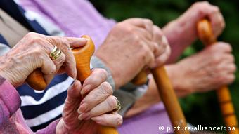 Three sets of elderly hands holding canes (photo: Oliver Berg dpa/lby +++(c) dpa - Bildfunk)