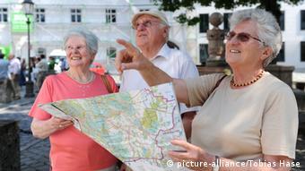 Istarije žene s otvorenom kartom grada