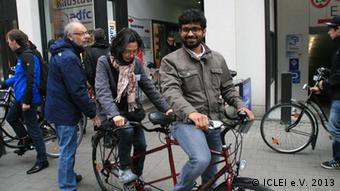 EcoMobility Program Manager, Santhosh Kodukula takes part in a bicycle tour alongside participants of the EcoMobility Alliance Workshop which took place from 21 – 24 April 2013 in Münster, Germany. Schlagwörter: ICLEI, Santosh Kodula, Fahrrad, Eco-Mobility Who is the photographer: (c) ICLEI e.V. 2013 When was the picture taken (approx): 23.04.2012 Where was the picture taken: Münster, Germany