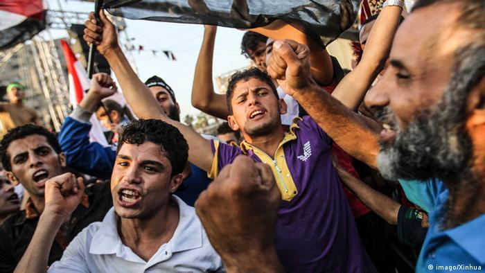 Mursis Anhänger halten Plakate hoch und rufen Slogans (Foto: Xinhua)