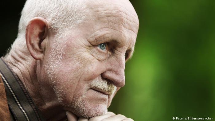 Homem com barba por fazer e semicareca