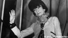 ARCHIV - Undatierte Aufnahme der französischen Modeschöpferin Coco Chanel in einem von ihr entworfenen Chanel-Kostüm. Der US-Autor Hal Vaughan hat mit einer neuen Biografie der Modemacherin Coco Chanel für einigen Wirbel gesorgt. Ob zurecht, darüber lässt sich streiten. Foto: dpa (nur s/w - zu 0551 vom 24.08.2011) +++(c) dpa - Bildfunk+++