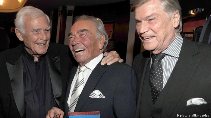 Schauspieler Claus Biederstaedt mit Joachim Fuchsberger (links) und Jochen Busse (Foto: picture-alliance/dpa)