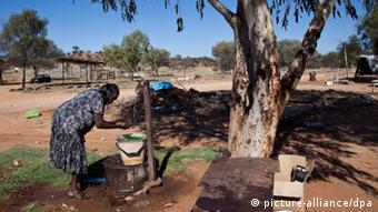Felicity Hayes washes at tap on Christmas morning at the Whitegate town camp in Alice Springs, (c) dpa