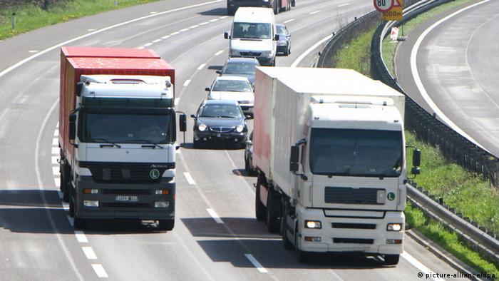 Stress im Straßenverkehr LKW ueberholt auf der Autobahn