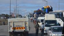 Beschreibung: Seit im April 2013 mehrere Fahrzeuge von bewaffneten Mitgliedern der RENAMO, der größten Oppositionspartei Mosambiks, auf der wichtigsten (und einzigen) Nord-Süd-Straßenverbindung Mosambiks, der EN1, im Streckenabschnitt zwischen der Save-Brücke und dem Ort Muxúnguè angegriffen wurden, fahren die Fahrzeuge in diesem Abschnitt nur noch mit Militärschutz. Dazu sammeln sich PKW und LKW zu großen Konvois. Hier im Bild der Startpunkt an der Save-Brücke Ort: Vila Franca do Save, Provinz Inhambane, Mosambik Fotograf: Estácio Valoi Datum: 08.08.2013 Der Fotograf tritt die Rechte an die DW ab. Angeliefert von Johannes Beck am 12.8.2013