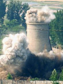 File photo shows the demolition of the 30-meter cooling tower attached to North Korea's key Yongbyon nuclear complex on June 27, 2008. (Photo: Kyodo)
