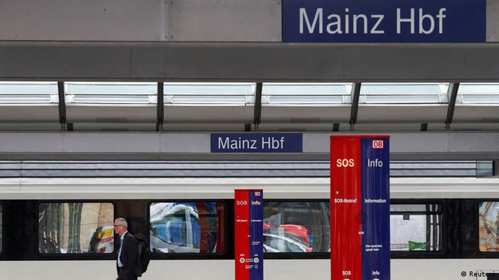 A traveller walks along a platform of the main train station in Mainz August 12, 2013. German rail operator Deutsche Bahn cancelled most of its regional service in Mainz due to lack of personnel. The Mainz railway control centre is severely understaffed, out of 15 traffic controllers eight called in sick or are on vacation according to local media. REUTERS/Ralph Orlowski (GERMANY - Tags: TRANSPORT BUSINESS EMPLOYMENT) *** FREI FÜR SOCIAL MEDIA ***