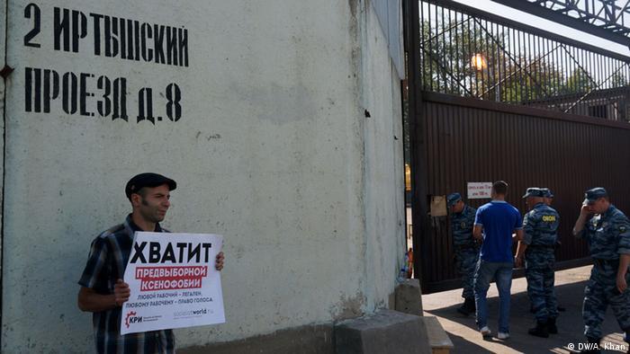 Пикетчик у входа в палаточный лагерь для нелегалов в Гольяново