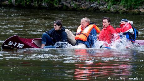 Jürgen Trittin und Parteikollegen kentern mit Kanu auf Fluss (Foto: Swen Pförtner/dpa)