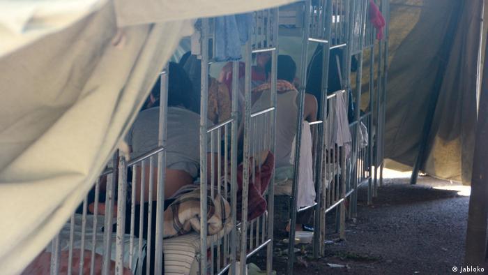 Двухярусные кровати в палатках лагеря в Гольяново