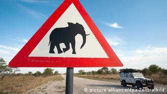 Elefanten-Warnschild im Caprivi-Zipfel in Namibia, (Foto: Tom Schulze)